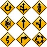Rhombische gelbe Verkehrsschilder mit Pfeilrichtungen Stockfotografie