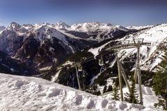 Rhone Alpes skidar lutningen med bergkabel Arkivfoto