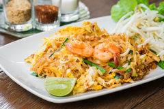 Rühren Sie Nudeln des gebratenen Reises mit Garnele (die Auflage thailändisch), thailändisches Lebensmittel Lizenzfreie Stockbilder