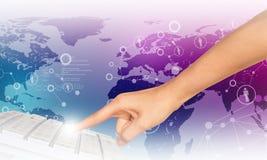 Rührende Tastatur des Menschenfingers Lizenzfreies Stockfoto