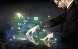 Rührender wechselwirkender moderner Schreibtisch des Geschäftsmannes mit Technologie ico Lizenzfreies Stockfoto