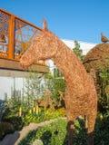 RHS切尔西花展2017年 与动物和鸟与原物一样大小雕塑的埃玛Stothard显示由杨柳和古铜导线制成 库存照片