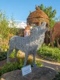 RHS切尔西花展2017年 与动物和鸟与原物一样大小雕塑的埃玛Stothard显示由杨柳和古铜导线制成 免版税库存图片