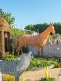 RHS切尔西花展2017年 与动物和鸟与原物一样大小雕塑的埃玛Stothard显示由杨柳和古铜导线制成 图库摄影