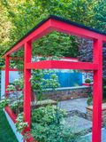"""RHS切尔西花展2017年 Hagakure †""""暗藏的叶子 有强的日本影响的一个露台的庭院 图库摄影"""