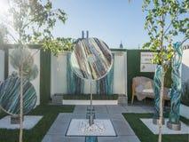 RHS切尔西花展2017年 庭院显示的有机雕刻的玻璃艺术 免版税库存照片