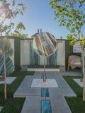 RHS切尔西花展2017年 庭院显示的有机雕刻的玻璃艺术 库存图片