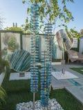RHS切尔西花展2017年 庭院显示的有机雕刻的玻璃艺术 图库摄影