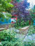 """RHS切尔西花展2017年 Hagakure †""""暗藏的叶子 有强的日本影响的一个露台的庭院 免版税图库摄影"""