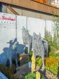 RHS Chelsea Flower Show 2017 Exposição de Emma Stothard com esculturas em tamanho natural dos animais e dos pássaros feitos do fi Imagens de Stock