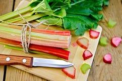Rhubarbe coupée avec une feuille à bord Image stock