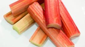 Rhubarbe coupée dans les morceaux Photos stock