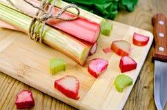 Rhubarbe coupée et couteau à bord Photo libre de droits