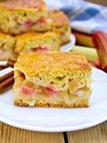 Rhubarbe de tarte dans le plat sur le conseil en bois Photographie stock