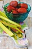 Rhubarbe et fraises Images stock