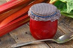 Rhubarbe fraîche avec de la confiture de rhubarbe Photo stock