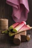 Rhubarbe fraîche sur la planche à découper Photo libre de droits