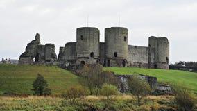 Rhuddlan slott, norr Wales, UK, en normandisk slott som konstrueras i det trettonde århundradet av floden Clwyd, i autumn/nedgång arkivfilmer