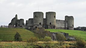 Rhuddlankasteel, Noord-Wales, het UK, een Normandisch die kasteel in de dertiende eeuw door de rivier Clwyd, in de herfstdaling w stock footage