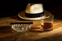 Rhum, cigare et un chapeau Images stock