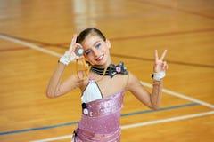 Rhythmische Gymnastik des Kindermädchens auf hölzerner Plattform Lizenzfreies Stockfoto