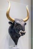 Rhyton de Minoan en forma de un toro en el Heraklion arqueológico Fotografía de archivo