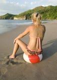 Ri tropical se reposant de côte de beachball de femme de bikini Images stock