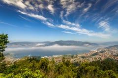 Ria de Vigo et la la ville de Vigo Photos libres de droits