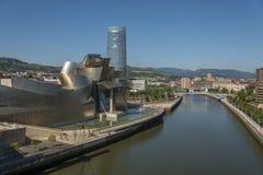 Ria del Nervion和古根汉毕尔巴鄂博物馆 库存照片