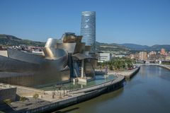 Ria del Nervion och av det Guggenheim Bilbao museet Royaltyfria Bilder