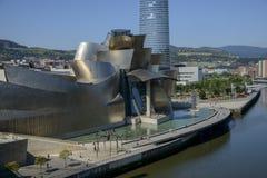 Ria del Nervion och av det Guggenheim Bilbao museet Royaltyfri Fotografi