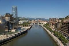 Ria del Nervion och av det Guggenheim Bilbao museet Arkivfoto
