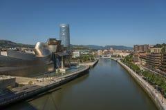 Ria del Nervion och Guggenheim Bilbao museum Royaltyfria Foton