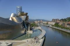 Ria del Nervion och Guggenheim Bilbao museum Royaltyfri Bild