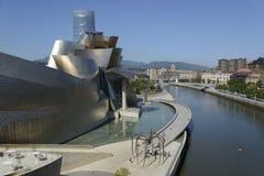 Ria del Nervion och Guggenheim Bilbao museum Royaltyfria Bilder