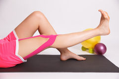 Riabilitazione dopo la lesione di gamba con nastro adesivo di kinesio Fotografia Stock