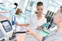 Riabilitazione femminile dei pazienti del monitoraggio del fisioterapista fotografia stock libera da diritti