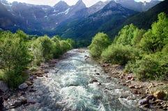 Riacho e floresta alpinos do mountaine no parque nacional de Ordesa imagem de stock