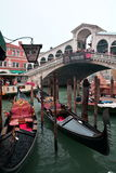 Rialto、长平底船和美丽的市威尼斯,意大利 库存照片