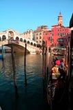 Rialto、长平底船和美丽的市威尼斯,意大利 免版税图库摄影
