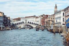 Rialto桥梁和重创的运河 库存照片
