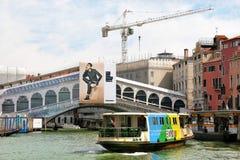 Rialto桥梁和vaporetto 运河全部意大利威尼斯 免版税库存图片
