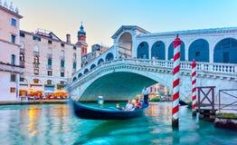 Rialto桥梁在威尼斯在晚上 图库摄影