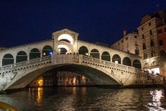 Rialto桥梁在晚上,威尼斯,威尼托,意大利 免版税图库摄影