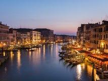从Rialto桥梁的威尼斯都市风景 免版税库存照片