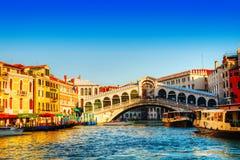 Rialto桥梁(Ponte Di Rialto)在一个晴天 库存照片
