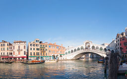 Rialto桥梁(Ponte Di Rialto)在威尼斯,在一个晴天的意大利 免版税库存图片