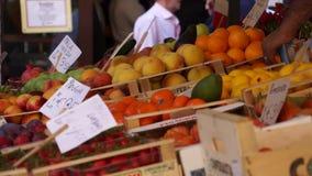 Rialto食品批发市场的场面在威尼斯(14 22) 股票录像