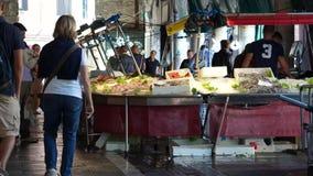 Rialto食品批发市场的场面在威尼斯(13 22) 股票视频