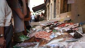 Rialto食品批发市场的场面在威尼斯(8 22) 股票视频
